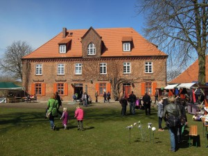 Visitors strolling in the courtyard outside the ZEUGHAUS visitor information centre at Dömitz Castle