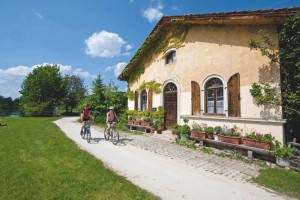 Altmühl Valley Cycle Route – scenic sightseeing tour, passing a typical Bavarian Jura house