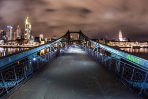 Frankfurt: Eisener Steg bridge at night